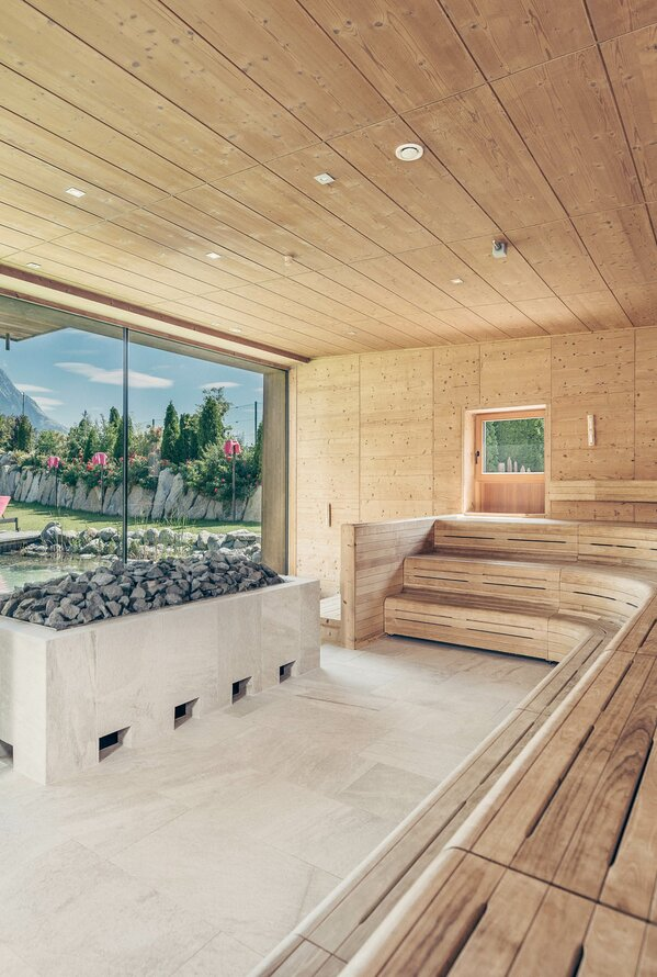 Sauna mit Bergpanorama | Wellnessurlaub im Best Alpine Wellness Hotel Schwarz, Mieming