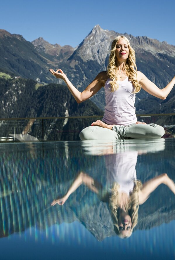 Yoga am Pool | Wellnesshotel Stock, 5 Sterne Hotel im Zillertal