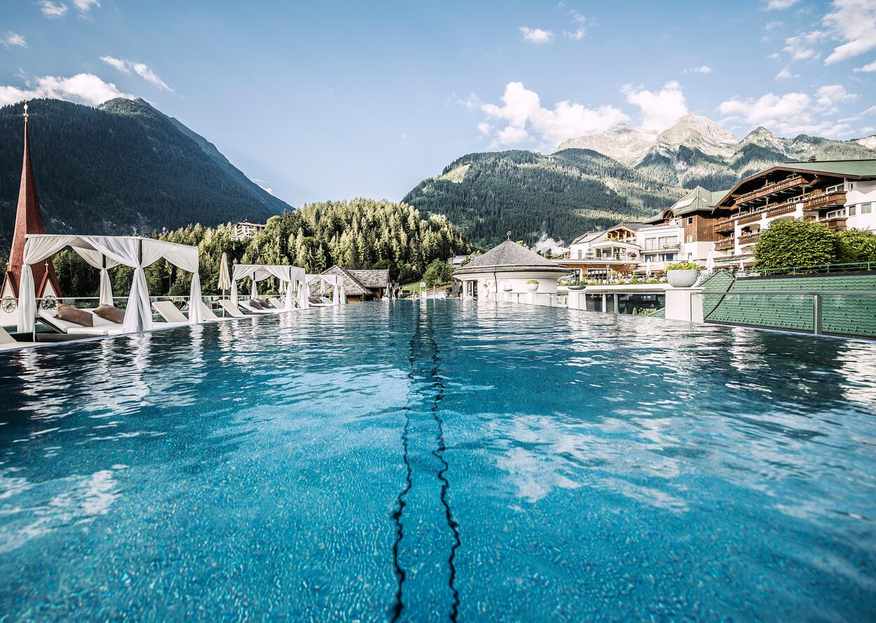 Outdoorpool mit Bergblick | Wellnesshotel Stock, Tirol