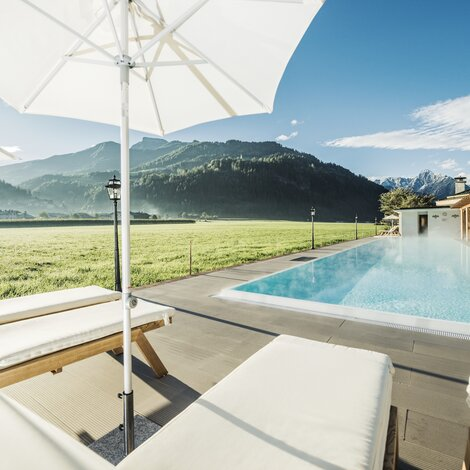 Outdoorpool in atemberaubender Landschaft | Best Alpine Wellness Hotel Theresa