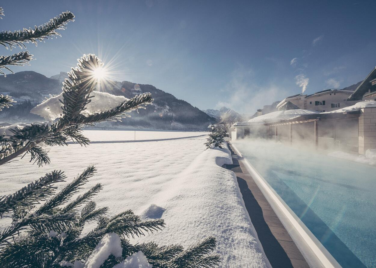 Pool und Winterlandschaft | Best Alpine Wellnesshotel Theresa, Zillertal